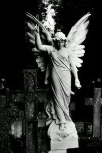 angel esculpido en marmol