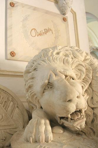 León en la tumba de Rubén Darío
