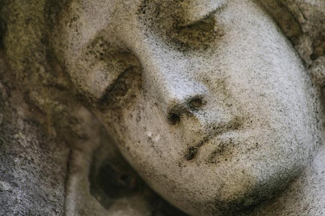 La erosión en las lápidas funerarias