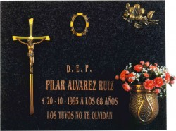 Lápida con la Cruz y Cristo con ranuras 318
