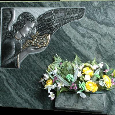 Lapida ángel con flores